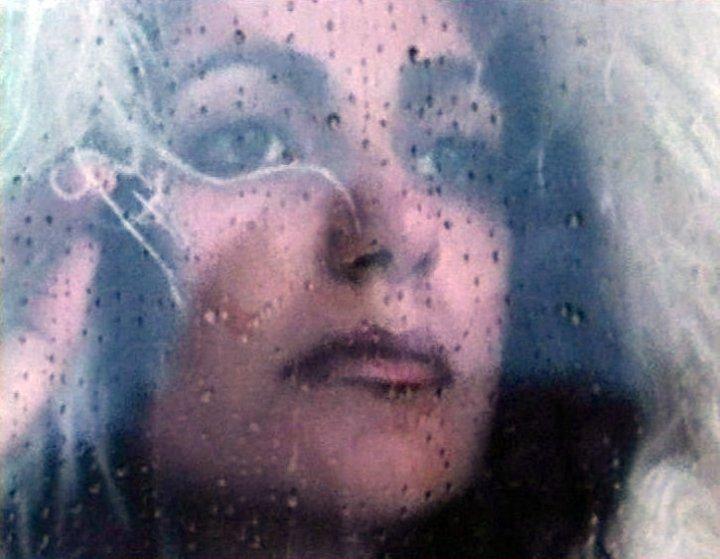 mia_martini dietro al vetro